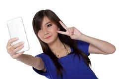Selfie del signo de la paz con el teléfono Fotografía de archivo