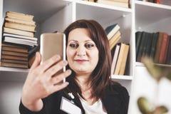 Selfie del teléfono de la mano de la mujer de negocios imágenes de archivo libres de regalías