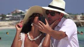 Selfie del turista della coppia sposata stock footage