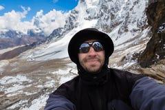 Selfie dell'alpinista di viaggiatore con zaino e sacco a pelo Fotografie Stock Libere da Diritti
