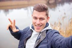 Selfie dell'uomo biondo bello davanti al lago Fotografie Stock Libere da Diritti