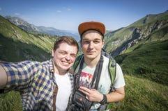 Selfie della presa delle viandanti sopra nelle alpi di Allgau Fotografie Stock