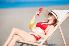 Selfie della presa della donna del bikini fotografie stock