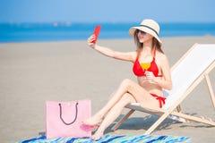 Selfie della presa della donna del bikini fotografia stock