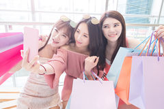 Selfie delle donne in centro commerciale Immagini Stock