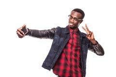 Selfie Den unga afrikanska tonåriga hipsteren tar selfie som skjutas på ren vit backgound Royaltyfri Foto