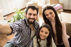 Selfie der glücklichen Familie Sie schauen auf der Kamera und dem Lächeln Diese Familie ist sehr schön Stockfoto