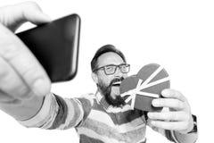 Selfie des attraktiven, verrückten bärtigen Mannes im Jeanshemd mit Herzen über weißem Hintergrund Porträt des glücklichen Mannes stockfotografie
