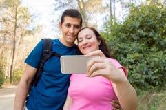 Selfie des couples ayant l'amusement dans la forêt Image stock
