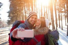 Selfie des couples d'amour dans la forêt Photos libres de droits