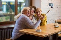 Selfie des dames en café Photo libre de droits