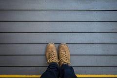 Selfie des Fußes und der Beine auf Holz Stockfotografie