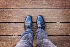 Selfie des Fußes und der Beine mit schwarzen Derby-Schuhen gesehen von oben lizenzfreie stockfotografie