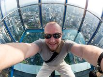 Selfie des Mannes in Skybox von Kiloliter-Turm in Kuala Lumpur stockfotografie