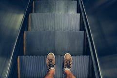 Selfie des pieds dans des chaussures d'espadrille sur des étapes d'escalator dans le style de vintage Image stock