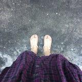 Selfie des pieds de femme sur le plancher Photos libres de droits