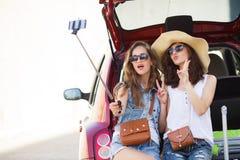 Selfie deux amies dans le tronc d'une voiture Photo stock