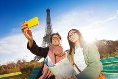 Selfie deux de prise de touristes contre Tour Eiffel Image libre de droits