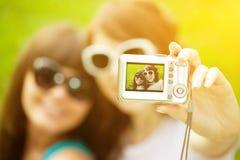 Selfie Deux jeunes filles à la mode faisant le selfie Quelques amis Photo stock