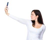 Selfie di conversazione della donna dal telefono cellulare Fotografia Stock