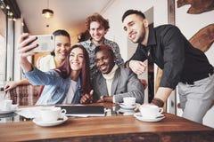 Selfie di giovani adolescenti sorridenti divertendosi insieme Migliori amici che prendono selfie all'aperto con il backlighting f immagine stock libera da diritti