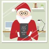 Selfie di Santa Claus dei pantaloni a vita bassa su vetro nella sua stanza di funzionamento Immagine Stock