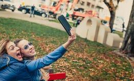 Selfie divertido de dos amigos hermosos en una tableta Foto de archivo