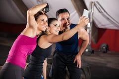 Selfie do divertimento em um gym Fotografia de Stock Royalty Free