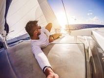 Selfie do feriado no catamarã do iate da navigação imagem de stock