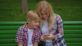 Selfie do filho da mamã do parque de lazer da recreação da família filme