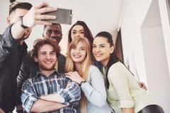 Selfie dos adolescentes de sorriso novos que têm o divertimento junto Melhores amigos que tomam o selfie fora com backlighting fe fotos de stock