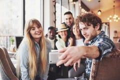 Selfie dos adolescentes de sorriso novos que têm o divertimento junto Melhores amigos que tomam o selfie fora com backlighting fe foto de stock royalty free