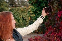 Selfie drôle avec l'appareil-photo peu commun de chocolat Photo libre de droits