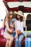Selfie duas amigas no tronco de um carro Imagem de Stock