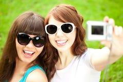 Selfie Due giovani ragazze d'avanguardia che fanno selfie Una coppia di amici Fotografia Stock