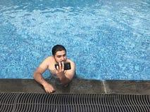 Selfie durch das Pool Stockfotografie