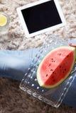 Selfie einer Frau, die Wassermelone isst Lizenzfreie Stockbilder