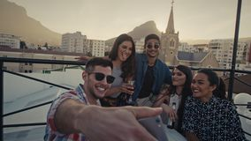 Selfie en el partido del tejado almacen de metraje de vídeo