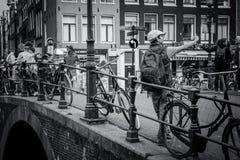 Selfie en el puente de Amsterdam Imagenes de archivo