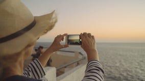 Selfie en fondo de la puesta del sol almacen de metraje de vídeo