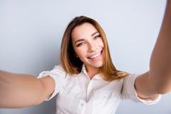 Selfie en funky stemming! De aantrekkelijke jonge dame maakt een selfie stock foto's