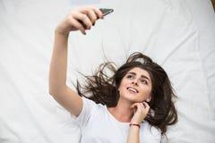 Selfie en la cama imagen de archivo