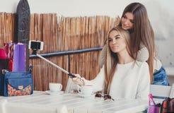 Selfie en novias agradables de un café dos Fotografía de archivo libre de regalías