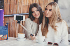 Selfie en novias agradables de un café dos Imagen de archivo libre de regalías