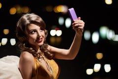 Selfie för glamourmodedam fotografering för bildbyråer