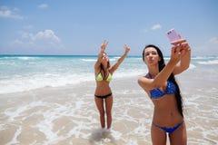 Selfie felice dei gilrls sulla spiaggia Immagini Stock
