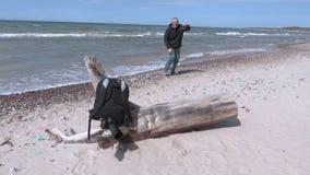 Selfie feliz da tomada do homem na praia perto do mar video estoque