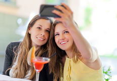 Selfie, filles prenant une photo des theirselves Images libres de droits