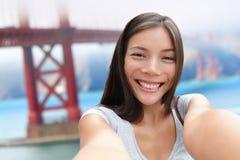 Selfie flicka på San Francisco Golden brolopp Fotografering för Bildbyråer