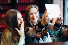 Selfie flickor i kafé Arkivfoto